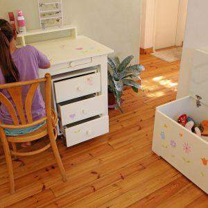 שולחן כתיבה מעוצב לילדות + יחידת מגירות מעוצבת 9