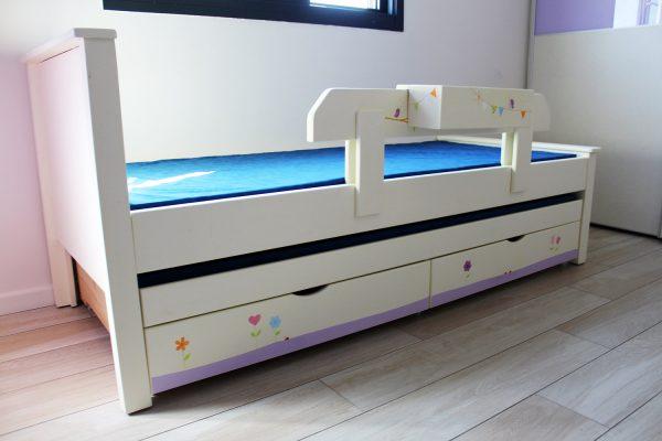 מיטה לחדר ילדים מעץ מלא בעיצוב מקורי 1
