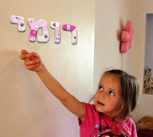 אותיות מעוצבות לדלת חדר ילדות. הלו קיטי. 1