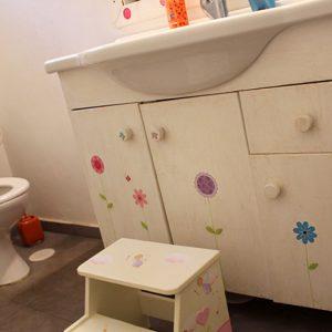 חדר אמבטיה ילדים בעיצוב פרחים צבעוניים