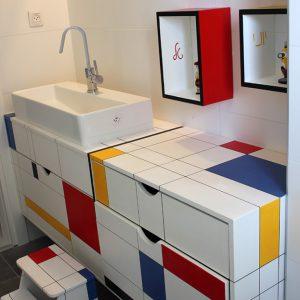חדר אמבטיה בסגנון פיט מונדריאן