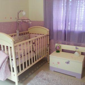 חדר ילדות מעוצב - גווני סגול פרפרים ופרחים