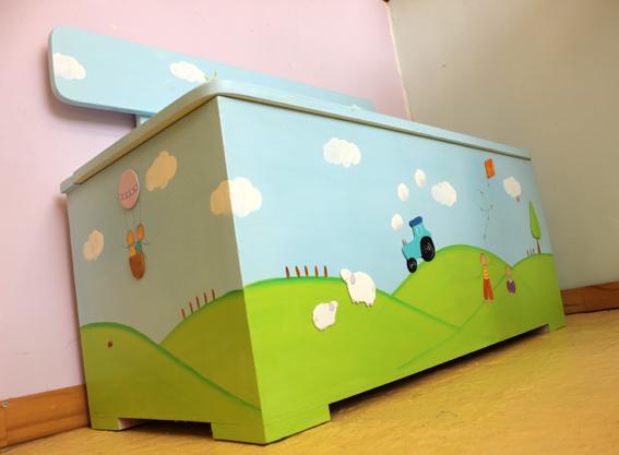 ספסל מעץ לחדר ילדים – טרקטור וכבשים