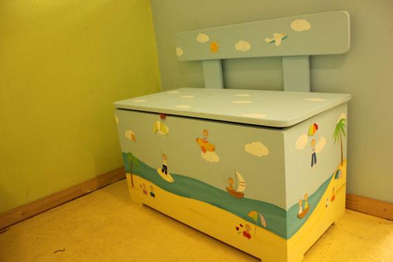 ספסל אחסון משחקים בחדר ילדים בעיצוב חוף הים