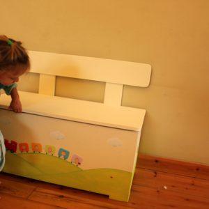 ספסל מעץ לאחסון משחקים בעיצוב רכבת