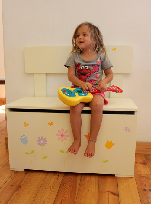 ספסל מעץ לחדר ילדות – פרחים בגווני פסטל