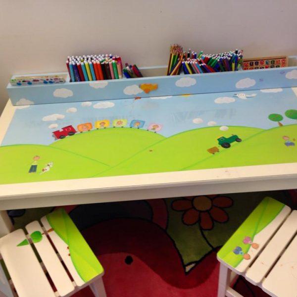 שולחן וכסאות מעוצבים לילדים - ילד בטבע ונסיכה עם ארמון