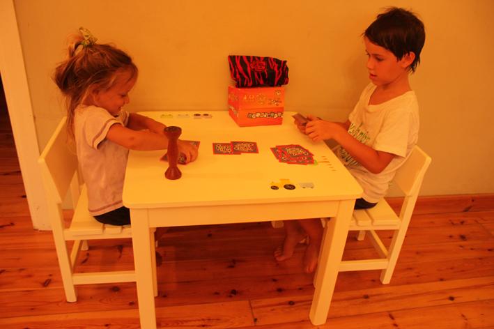 שולחן וכסאות מעוצבים לילדים - רכבת וטרקטור - קו נקי