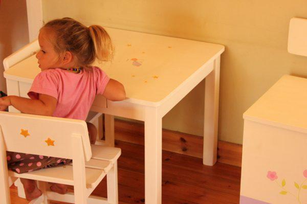שולחן וכסאות מעוצבים לילדים - פיות עדינות וקסומות