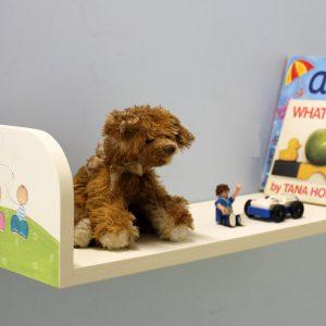 מדף מעץ לחדר ילדים – טבע פסטורלי