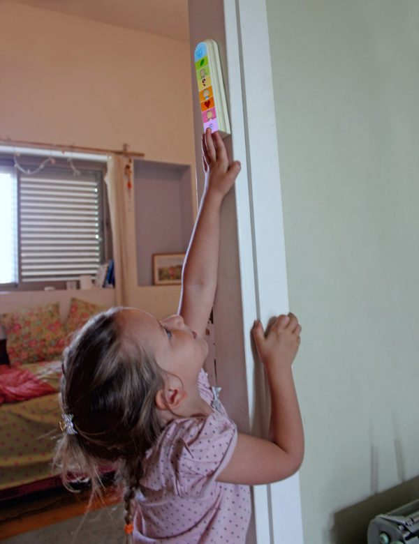 מזוזה עבודת יד לחדר ילדים – ריבועים צבעוניים