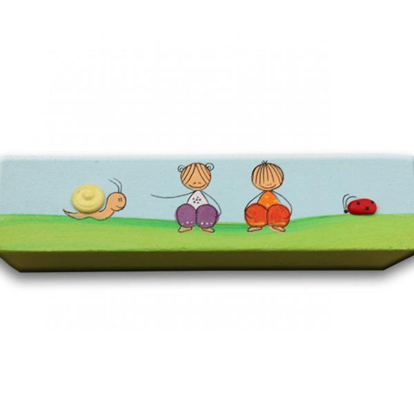 ידית לחדר ילדים - ילדה וילד עם שבלול וחיפושית