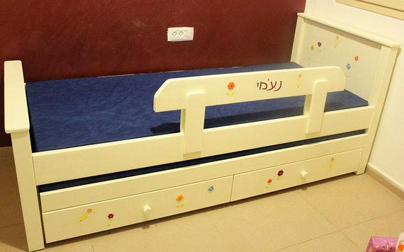 מיטה לחדר ילדים מעץ מלא בעיצוב ייחודי