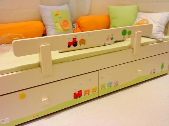 מיטה מעץ מלא לחדר ילדים. עיצוב: רכבת צבעונית.