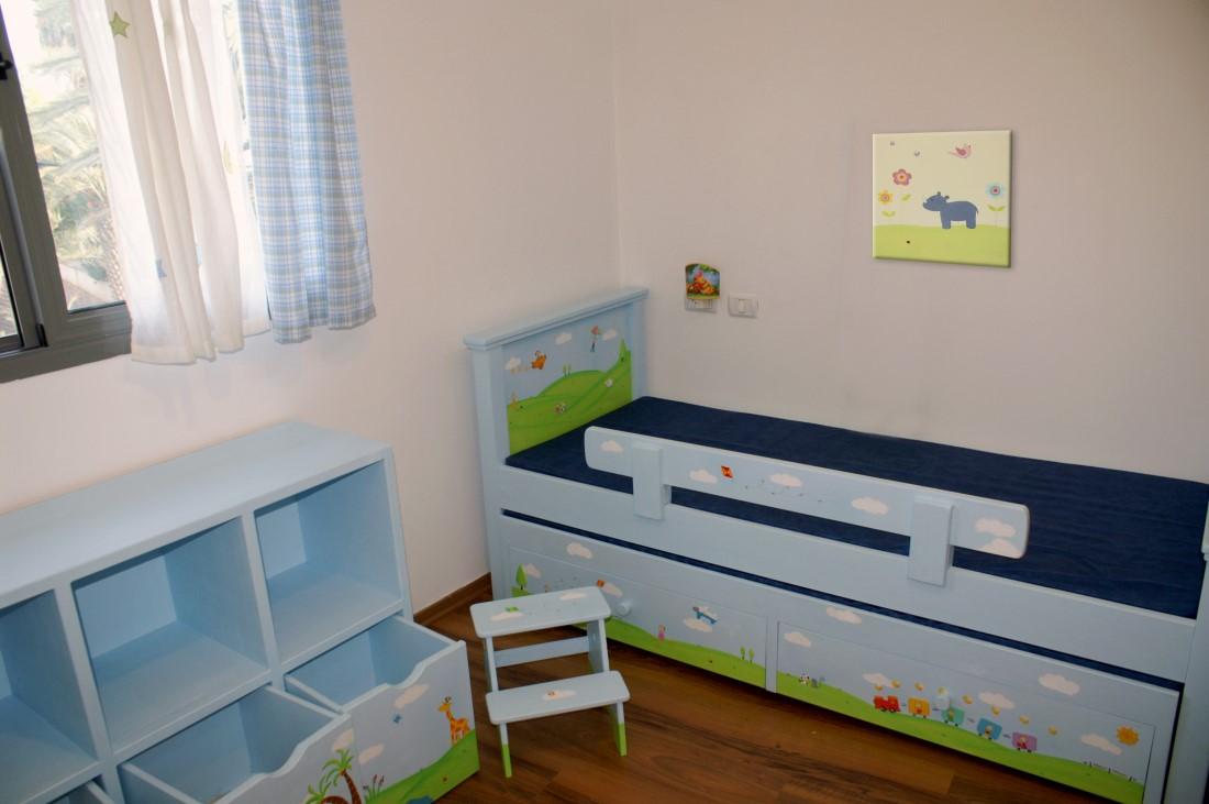 תמונה לחדר ילדים – היפופוטם, פרחים ופרפרים