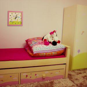 שעון לחדר ילדות - ילדות עם פרחים