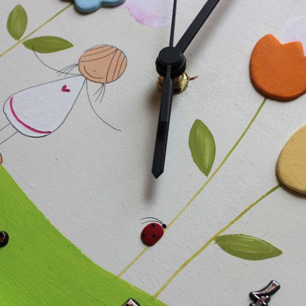 שעון קיר לחדר ילדות -ילדה עם פרחים