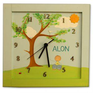שעון לחדר ילדים - ילד יושב מתחת לעץ