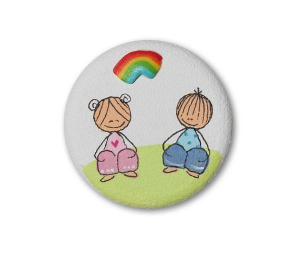 ידית מעוצבת - ילדה וילד מתחת לקשת צבעונית