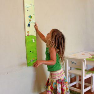 מד גובה- ילדים וילדות מאושרים בטבע