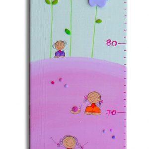 מד גובה לחדר ילדות בעיצוב ילדות פרחים ופרפרים