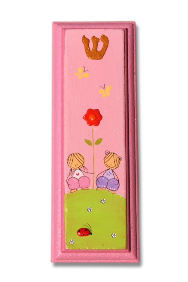 מזוזה מעוצבת - ילדות עם פרח ופרפרים