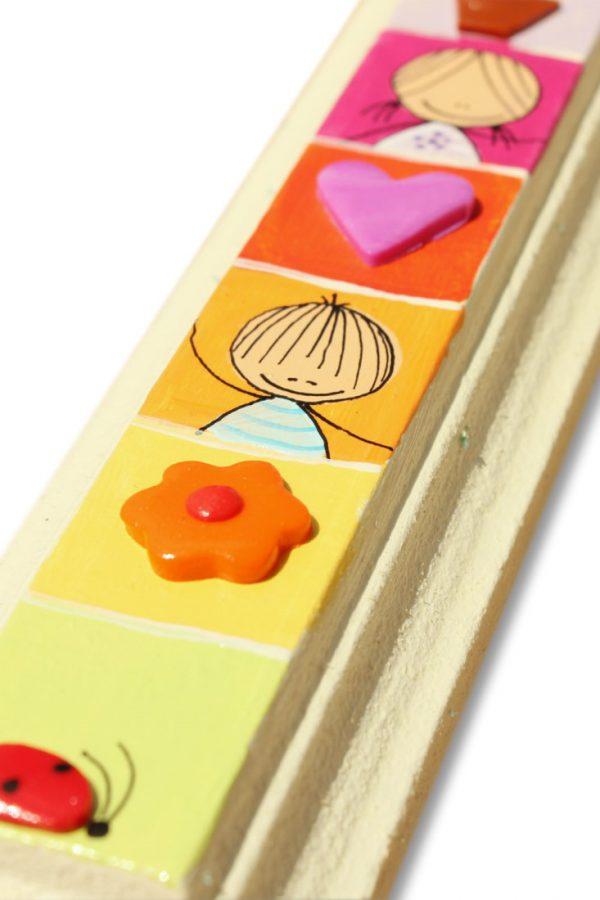 מזוזה מעוצבת - ילד וילדה ברקע צבעוני