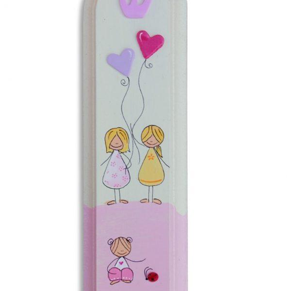 מזוזה לחדר ילדות עם בלוני לבבות ורודים וסגלגלים