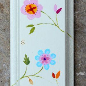 מזוזה מעץ מאויירת עם פרחים עדינים