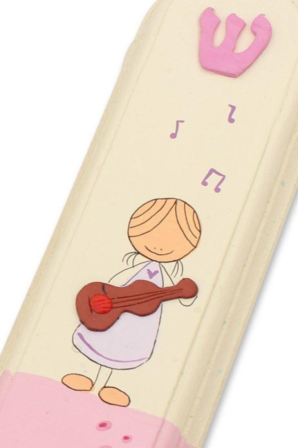 מזוזה מעוצבת - ילדה מוסיקלית עם גיטרה