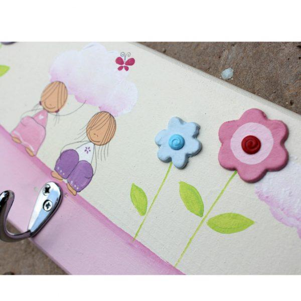 מתלה מעוצב לחדר ילדות – ילדות מתוקות עם פרחים