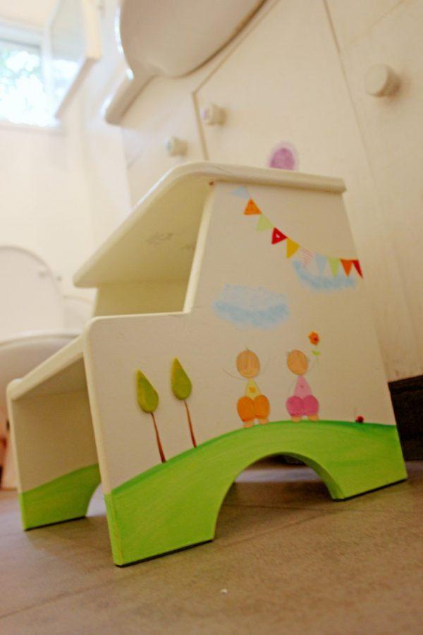 שרפרף מעוצב מעץ – ילדים עם דגלונים