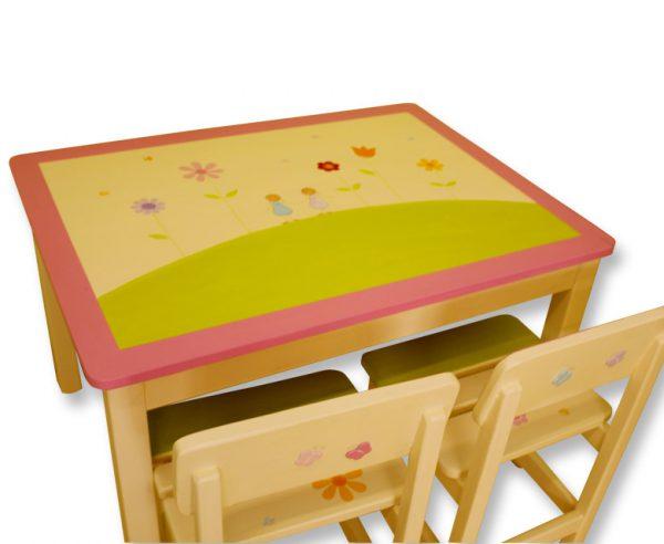 שולחן וכסאות לילדים - ילדות עם פרחים צבעוניים