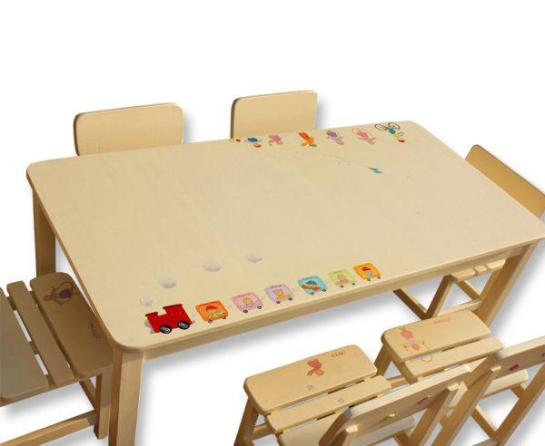 שולחן וכסאות לילדים - רכבת צבעונית עם ילדים מאושרים