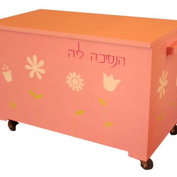 ארגז צעצועים בגוון ורוד עם פרחים לבנים
