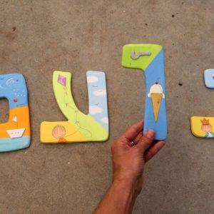 אותיות צבעוניות לקיר בחדר הילדים. 4