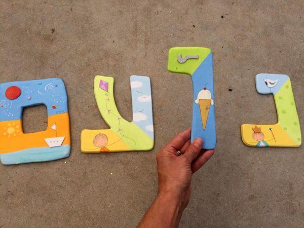 אותיות צבעוניות לקיר בחדר הילדים. 2
