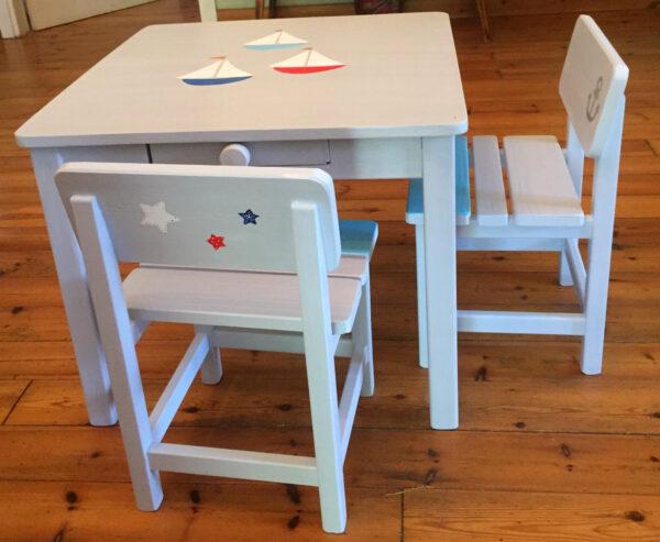 שולחן וכסאות אפורים. דגם: סירות בים 2