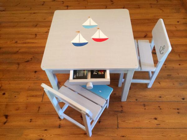 שולחן וכסאות אפורים. דגם: סירות בים 1