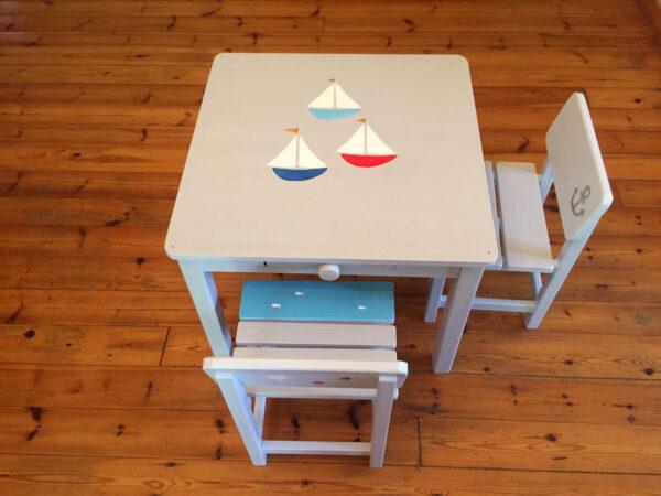 שולחן וכסאות אפורים. דגם: סירות בים 4