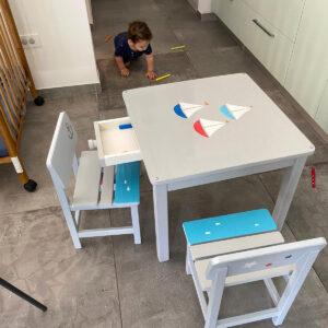 שולחן וכסאות אפורים. דגם: סירות בים 6