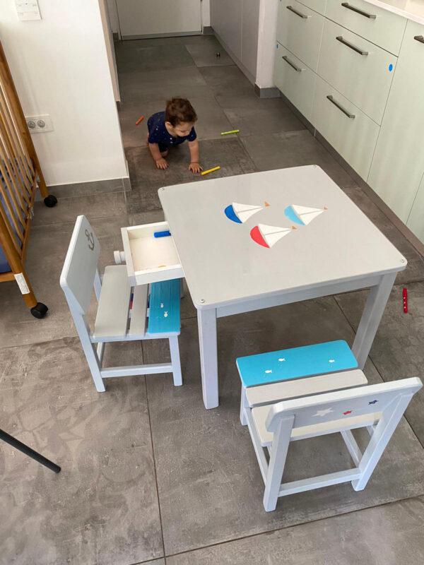 שולחן וכסאות אפורים. דגם: סירות בים 3